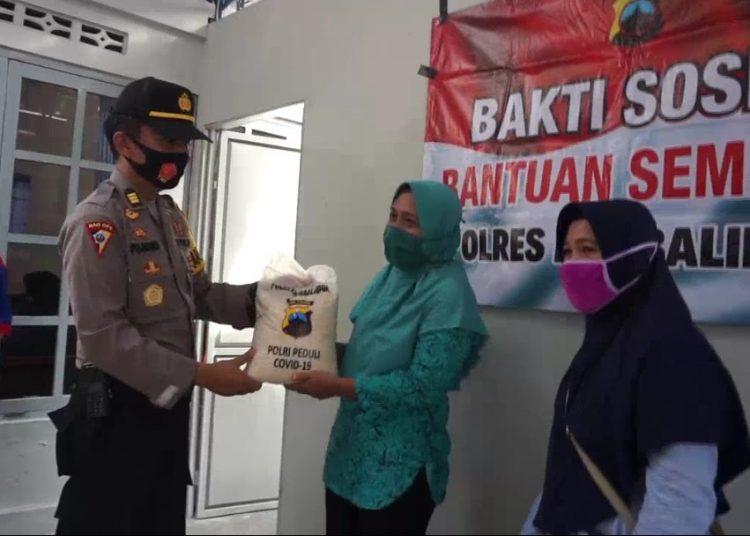 Photo of Polres Purbalingga Salurkan Bantuan Beras untuk Buruh Terkena PHK