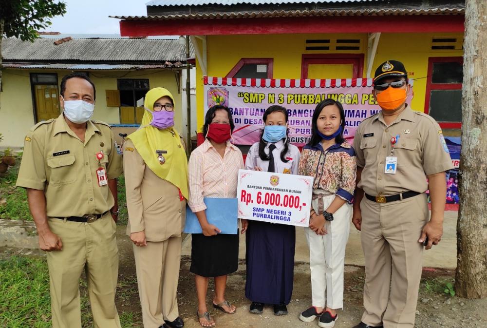 Photo of Bahagia, Cresentia Anna Kini Tempati Rumah Baru Bantuan SMPN 3 Purbalilngga