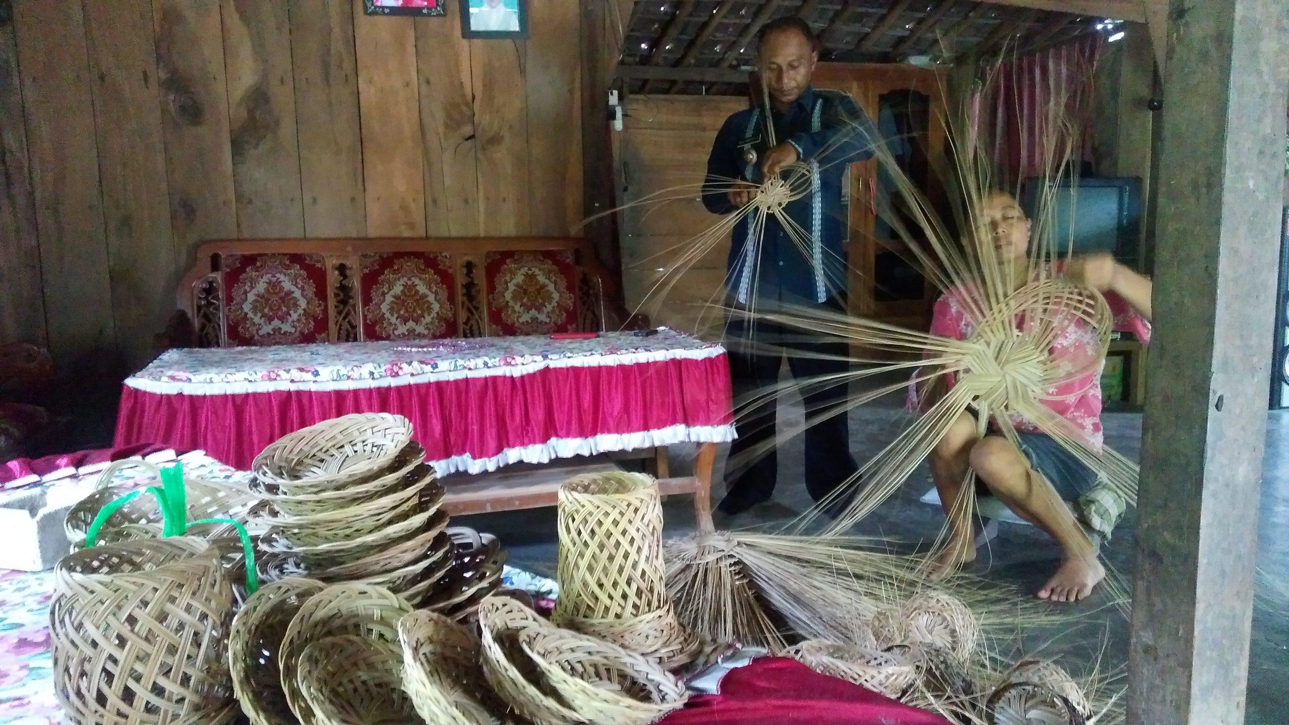 Photo of Kerajinan Lidi 'Rogo-rege' Mengangkat Derajat Desa Plumutan