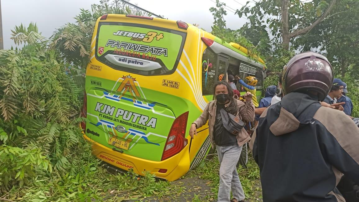 Photo of Hampir Terserempet Bus, Saksi Mata Mengaku Mendengar Teriakan 'Blong' Penumpang Bus