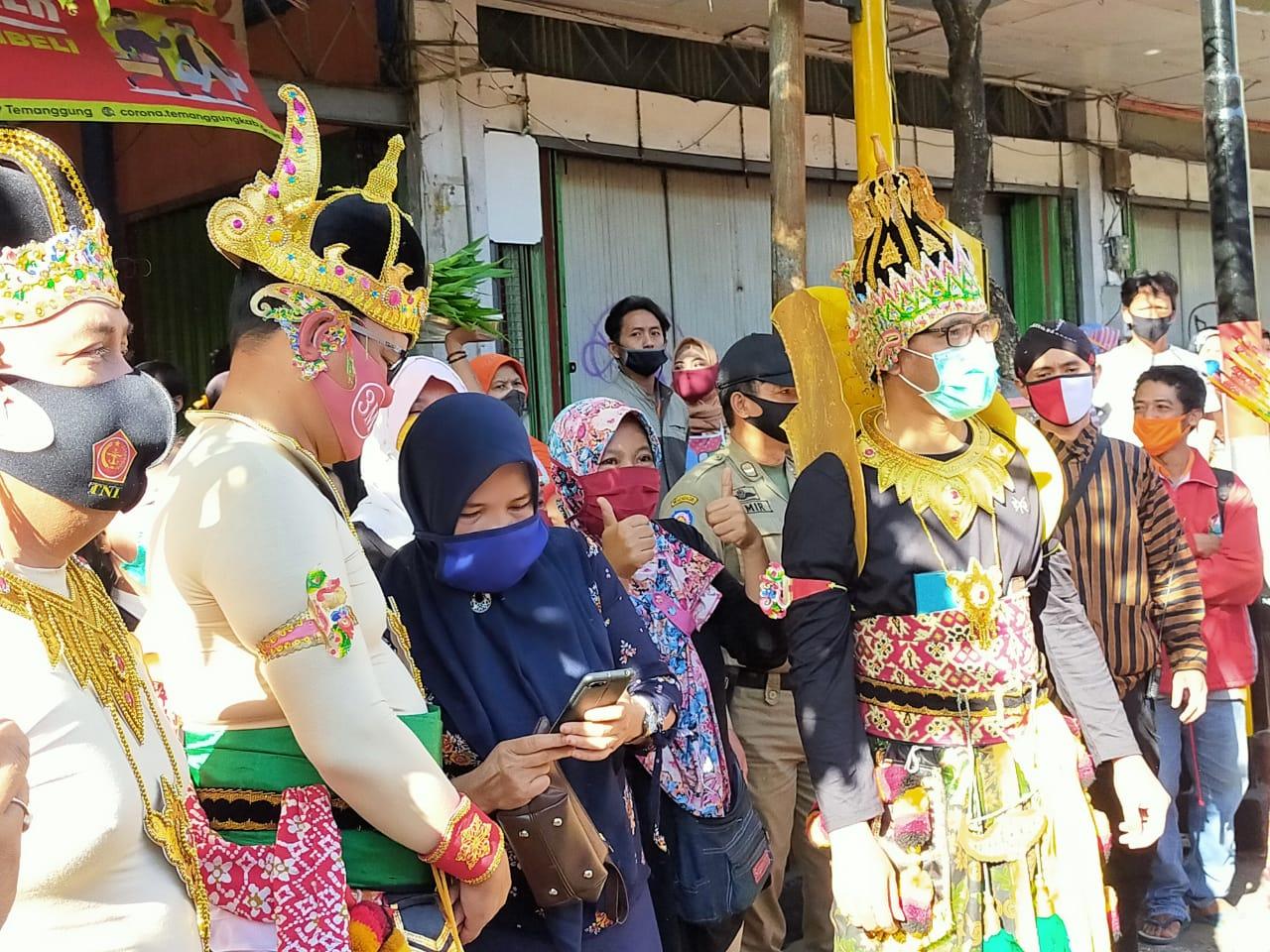 Photo of Sosialisasikan 3M, Bupati dan Forkompimda Geruduk Pasar Berkostum Wayang