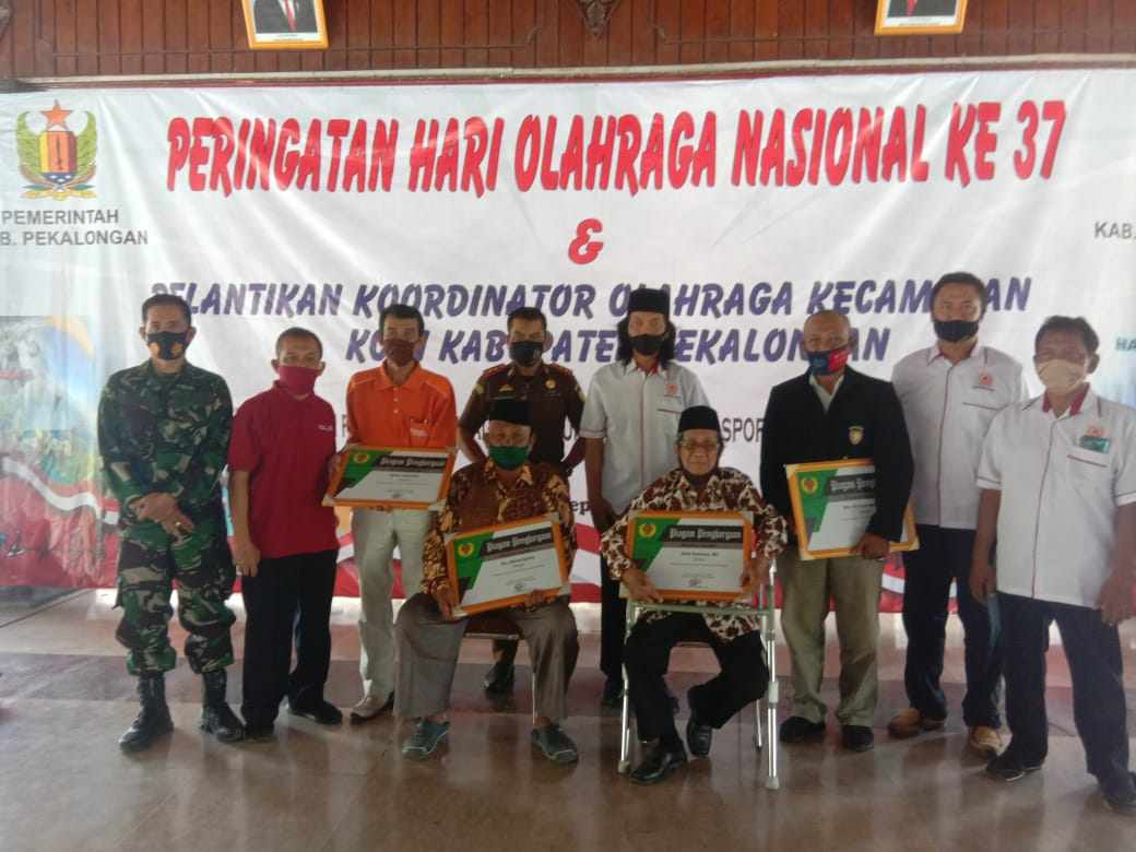 Photo of Empat Tokoh Olahraga Mendapat Penghargaan dari KONI Kabupaten Pekalongan