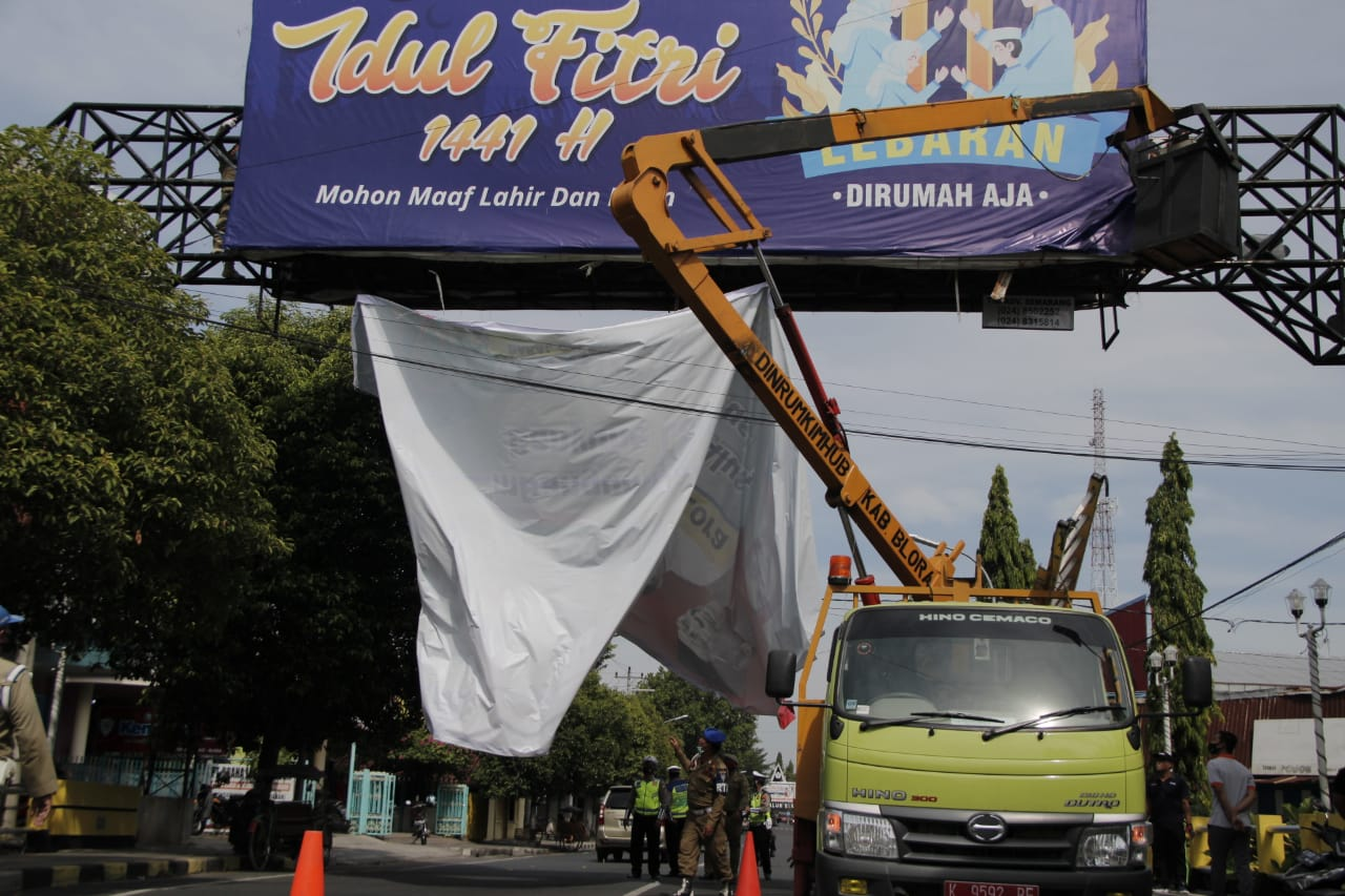 Photo of Bawaslu mulai Bersihkan APS Paslon Bupati dan Wakil Bupati Blora