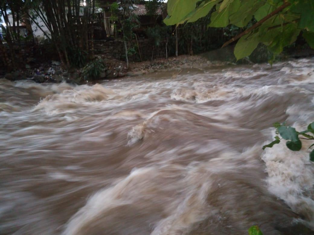 Photo of Banjir Bandang Sungai Cilongok,Tanggul Penahan Jembatan Jebol