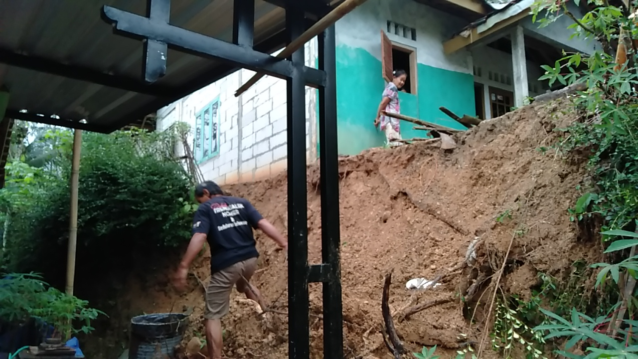 Photo of Dua Rumah di Gumelar Rusak ,Puluhan Lainya Terancam Longsor