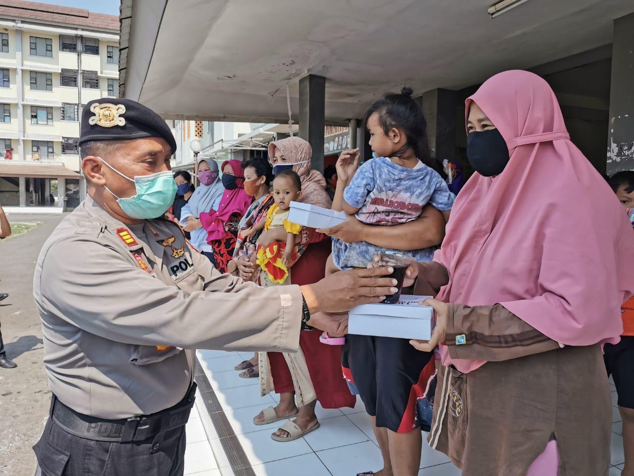 Photo of Polres Pemalang Bagi Nasi Kotak untuk Warga Terdampak Covid-19