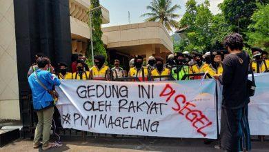 Photo of Soal UU Cipta Kerja Omnibus Law, PMII Segel Pintu DPRD dan Aksi Diam