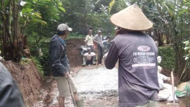 Photo of Permudah Akses ke Lahan Pertanian, Petani Salak Banyukembar Swadaya Bangun Jalan