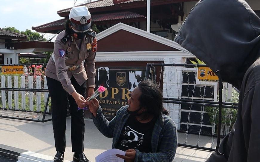 Photo of Damai, Aksi Tolak Omnibus Law Diakhiri Polwan Beri Bunga Pada Mahasiswa