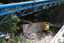 Photo of Hantam 2 Sepeda Motor dan Warung Makan, Truk Terjun ke Bawah Jembatan