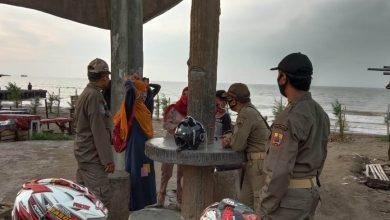 Photo of Langgar Protkes, Satpol PP Pemalang Hukum 15 Wisatawan di Pantai Widuri