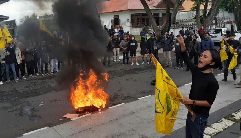 Photo of Diwarnai Aksi Bakar Ban, Mahasiswa Wonosobo Gelar Demo Tolak UU Omnibus Law