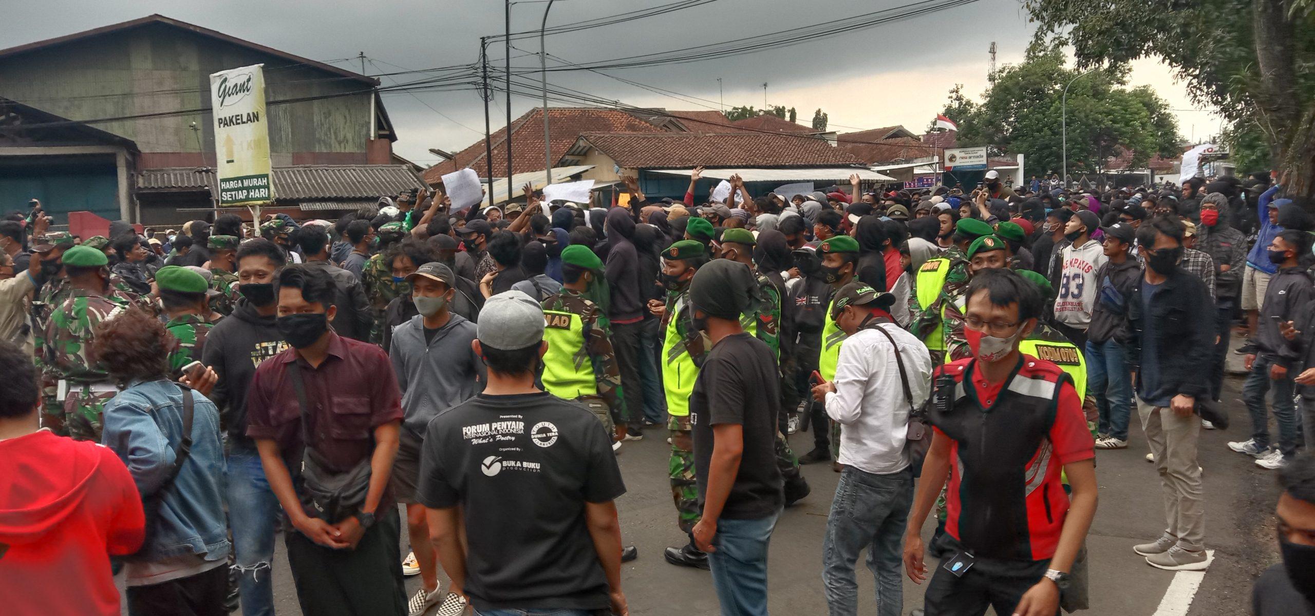 Photo of Kerusuhan Pecah Usai Demo Tolak UU Cipta Kerja Oleh GERAM
