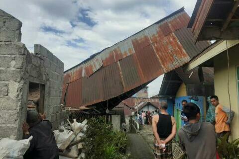 Photo of Belasan Rumah di Wonosobo Rusak Diterjang Angin Kencang