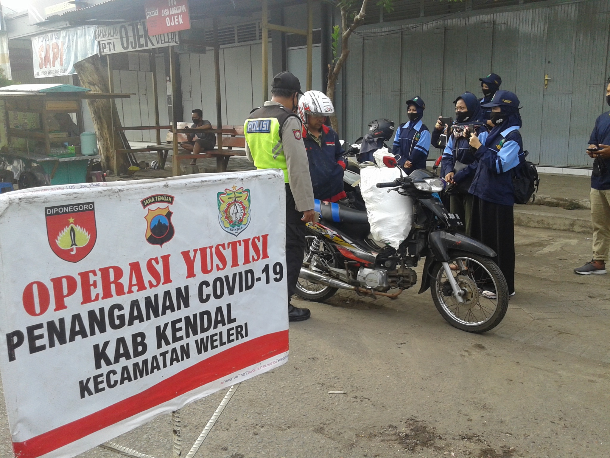 Photo of Gandeng Kepolisian, Belasan Mahasiswa UIN Walisongo 'Razia' Masker di Weleri