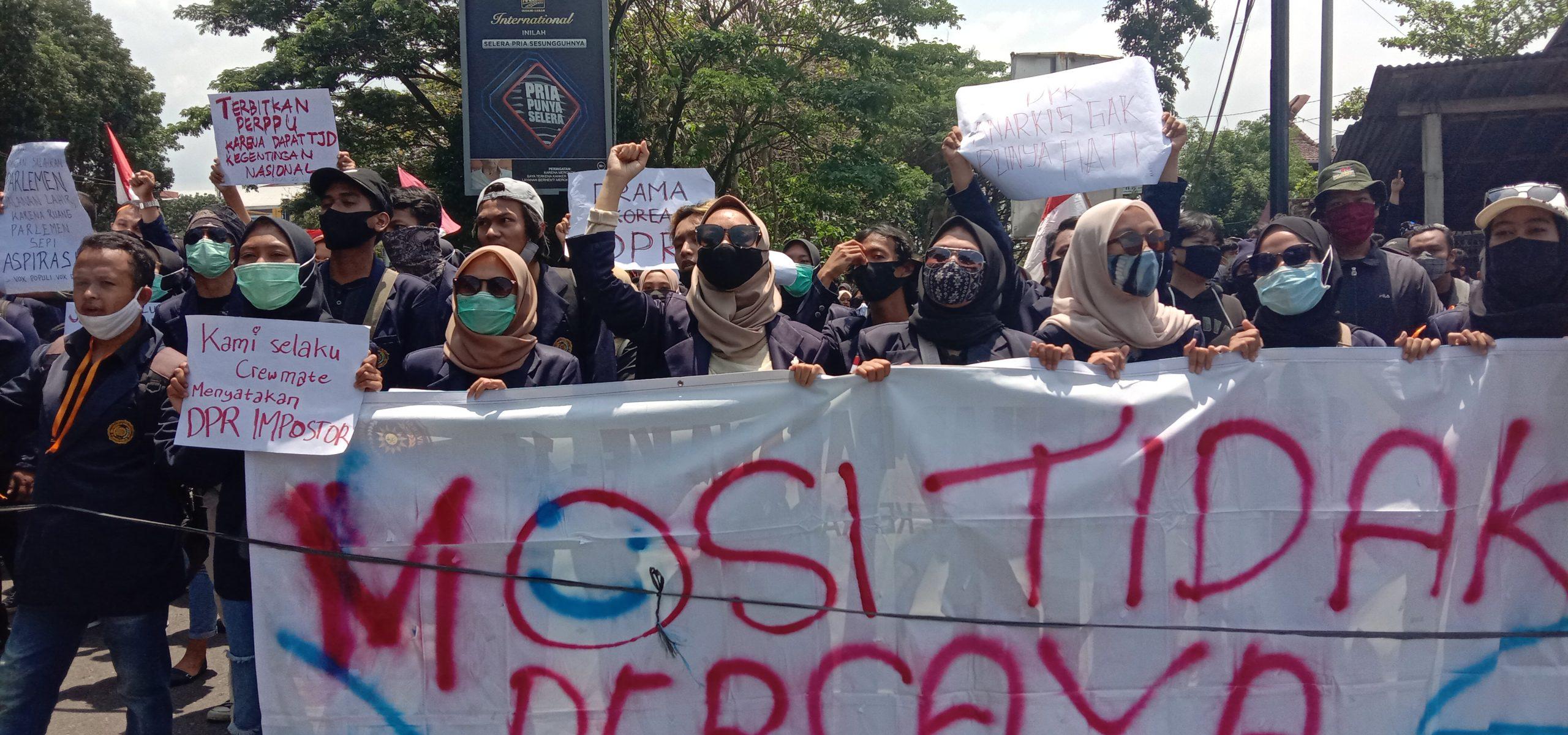 Photo of Mahasiswa Pendemo Pulang Dengan Kecewa, Tuntutan Mereka Ditolak Dewan