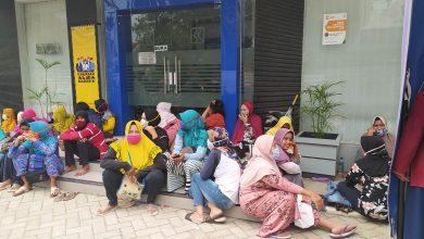 Photo of Ratusan Warga Rembang Antre Pencairan UMKM Di BRI