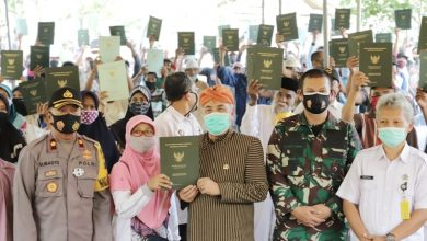 Photo of Sengketa Lahan dengan TNI Berakhir, Warga Brencong Urut Sewu Miliki Sertifikat Tanah