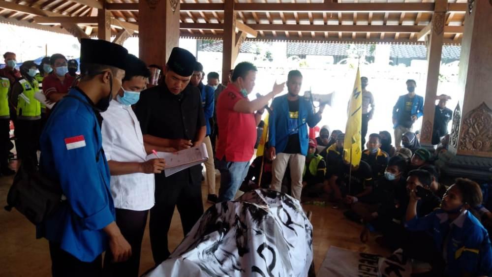 Photo of Didepan Pedemo, Pimpinan  DPRD Salatiga Tandatangani Pakta Integritas yang Disodorkan Massa