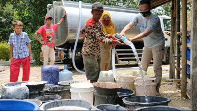 Photo of Sisihkan Gajinya, Polisi di Sragen Ini Bantu Warga yang Kesulitan Air Bersih