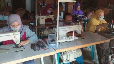 Photo of Produksi Masker Kain, Berkah Jarwati Dimasa Pandemi
