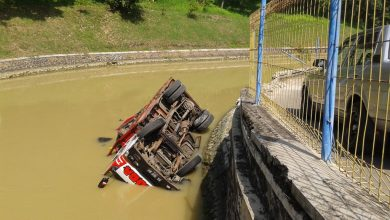 Photo of Tak Kuat Menanjak, Truk Tercebur di Bendung Sungapan Pemalang