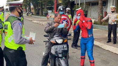 Photo of Lakukan Pendisplinan Prokes Covid-19, Polisi Berkostum Superhero Bagi-bagi Masker