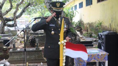 Photo of Peringati Hari Pahlawan, Dandim 0708/Purworejo Tancapkan Bendera Merah Putih di Makam