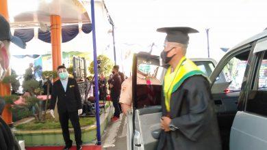Photo of Hindari Kerumunan, Univet Bantara Sukoharjo Pilih Wisuda Drive Thru