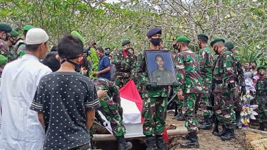 Photo of Prajurit TNI Yang Gugur di Papua Dimakamkan di Kampung Halaman