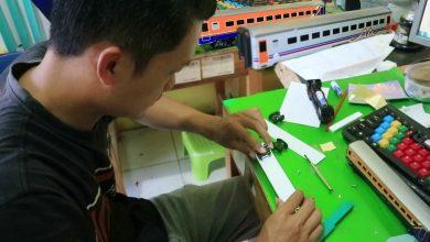 Photo of Selama Pandemi Pemuda di Kebumen Sukses Bikin Usaha Miniatur Kereta Api