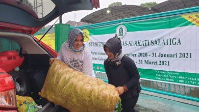 Photo of Diguyur Hujan Lebat, Dua Wanita Tangguh Donasikan Sayur ke Ponpes Terisolasi Covid-19