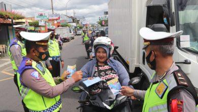 Photo of Polisi Bagi-Bagikan Masker Gratis di Kulon Progo