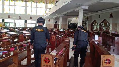 Photo of Tim Satria Polresta Banyumas Sterilisasi Gereja Pastikan Nataru Kondusif