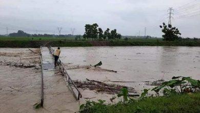 Photo of Hujan Deras, Jembatan Penghubung Desa Hanyut Terbawa Arus Sungai