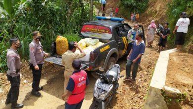 Photo of Polsek Karangreja Bantu Korban Bencana Tanah Longsor Karangjambu