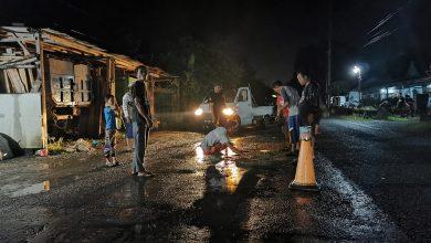 Photo of Jalan Rusak dan Berlubang, Warga Kulon Progo Lakukan Perbaikan Sebagai Wujud Protes