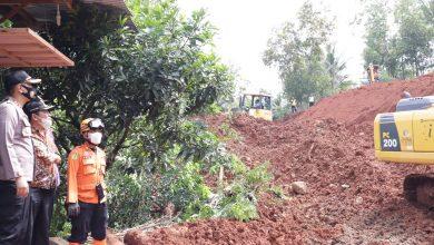 Photo of Longsor di Jalur Banjarnegara – Sempor Kebumen, Malam ini Material Longsor Tertangani