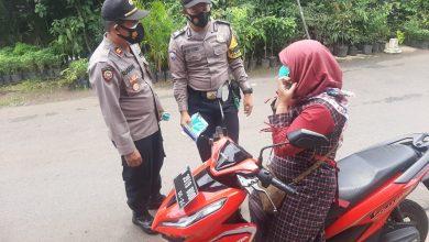 Photo of Bagi Puluhan Masker, Kapolsek Sukorejo Ingatkan Pandemi Covid-19 Belum Usai