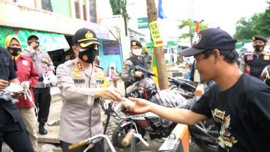 Photo of Gerakan Brebes Bermasker, Kapolres Blusukan Bagikan Masker Gratis di Pasar Tradisional