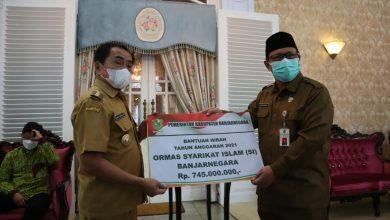 Photo of Bupati Serahkan Dana Hibah untuk Ormas di Banjarnegara