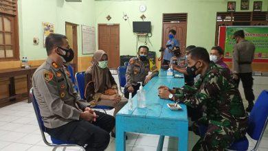Photo of Polisi dan TNI Patroli Pastikan Pelaksanaan Prokes di Desa Brenggong Purworejo