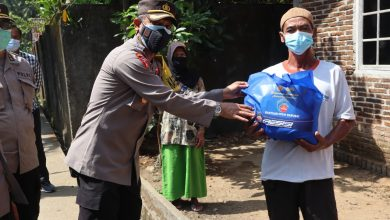 Photo of Kapolres Purworejo Bagi Sembako ke Masyarakat Bawah Terdampak Pademi