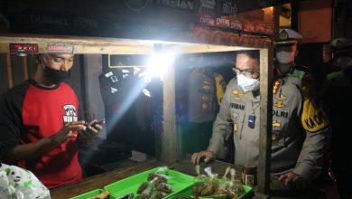 Photo of Polresta Banyumas Borong Makanan Saat Patroli Skala Besar dan Bagi Bansos