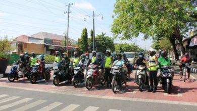 Photo of Selain Bagi Masker, Polwan Satlantas Polres Sukoharjo Sosialisasi Aplikasi PeduliLindungi