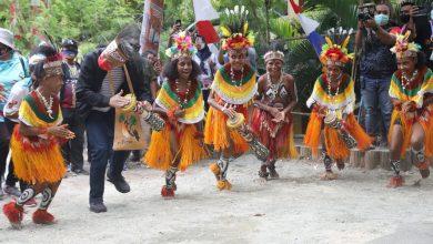 Photo of Ketika Ganjar Pranowo Menari dan Bernyanyi Burure di Papua